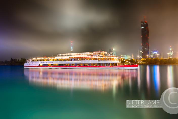 Werbefotografie für Schiffe: DDSG MS Admiral Tegetthoff vor DC-Tower in Wien bei Nacht
