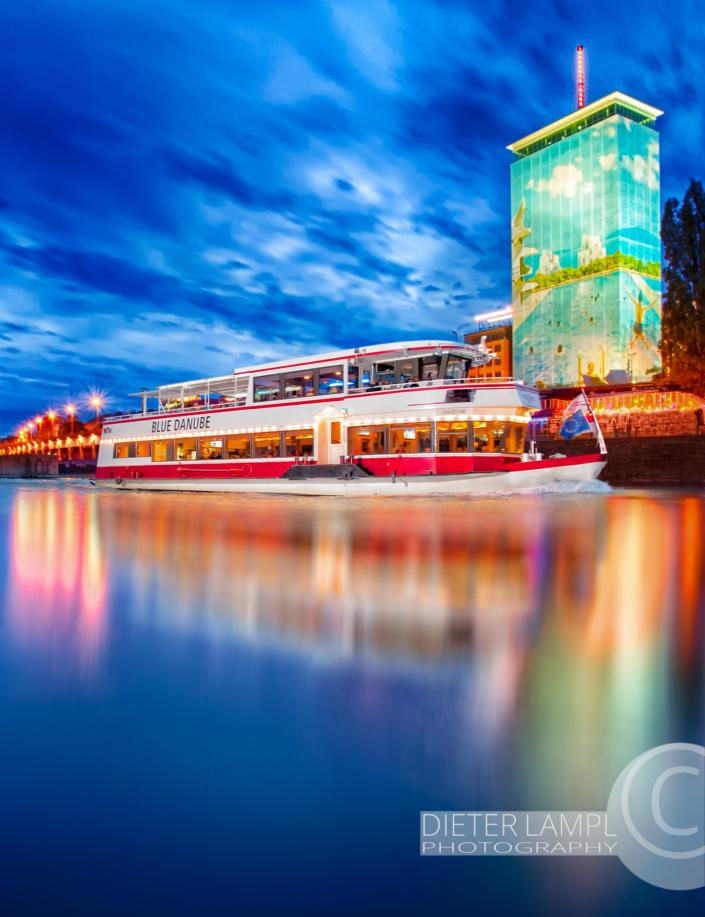 Werbefotografie für Schiffe: DDSG MS Blue Danube vor Ringturm in Wien bei Nacht