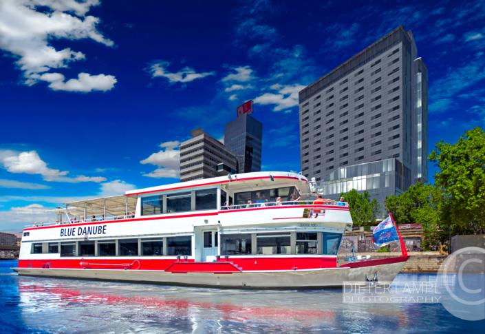 Werbefotografie für Schiffe: DDSG MS Blue Danube vor Sofitel in Wien bei strahlendem Sonnenschein
