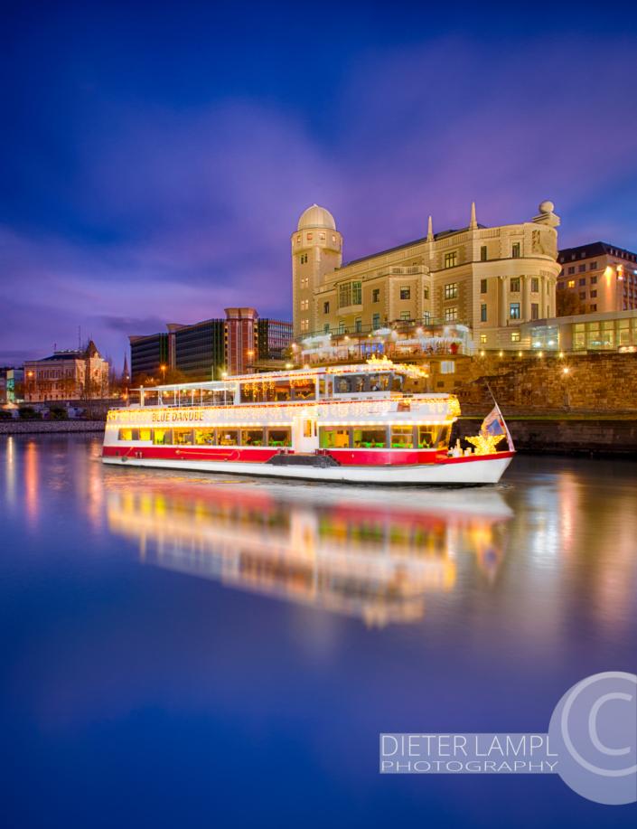 Werbefotografie für Schiffe: DDSG MS Blue Danube vor Urania in Wien bei Nacht