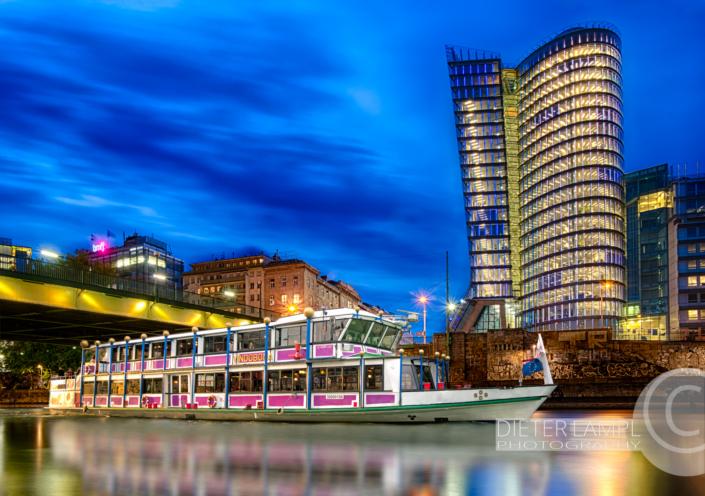 Werbefotografie für Schiffe: DDSG MS Vindobona vor Uniqa-Tower in Wien bei Sonnenuntergang