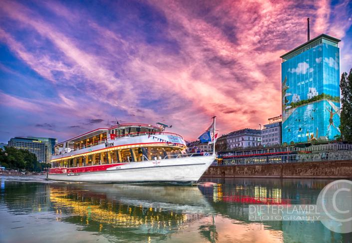 Werbefotografie für Schiffe: DDSG MS Wien vor Ringturm in Wien bei Sonnenuntergang