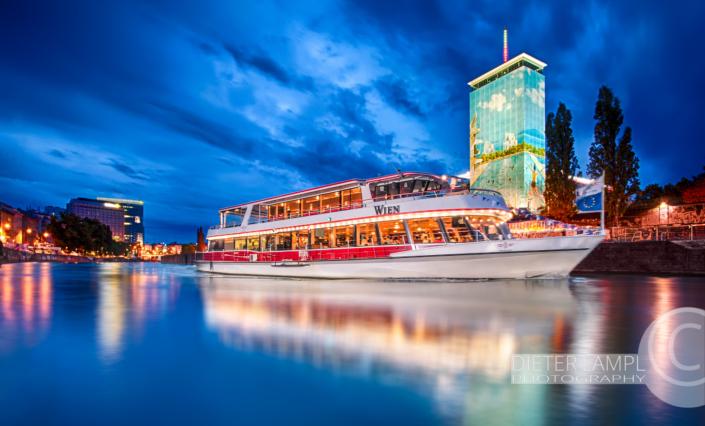Werbefotografie für Schiffe: DDSG MS Wien vor Ringturm in Wien bei Nacht