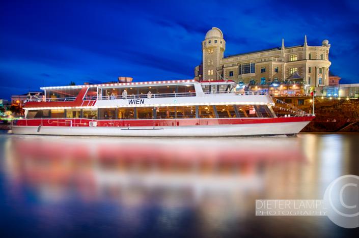 Werbefotografie für Schiffe: DDSG MS Wien vor Urania in Wien bei Nacht