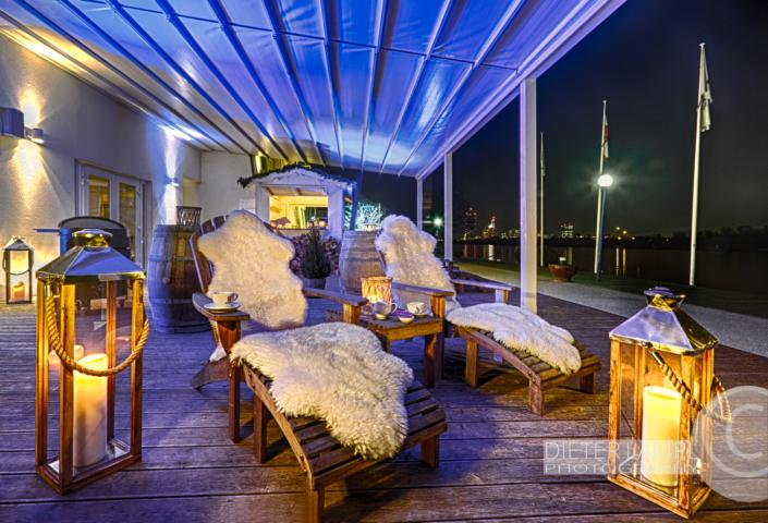 Architekturfotografie für Restaurants: Aussenaufnahme Liegestühle Marina Restaurant in Wien bei Nordlichtstimmung