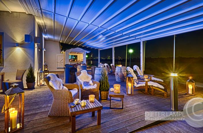 Architekturfotografie für Restaurants: Aussenaufnahme Terasse Marina Restaurant in Wien bei Nordlichtstimmung