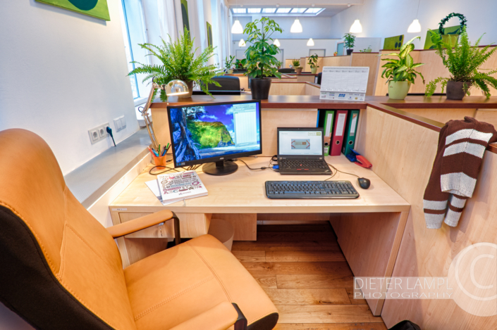 Architekturfotografie für Coworking-Spaces: Schreibtisch im Coworking-Space basis08 in Wien