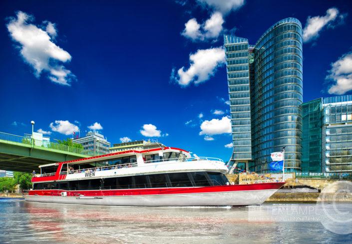 Werbefotografie für Schiffe: DDSG MS Wien vor Uniqa-Tower in Wien in strahlendem Sonnenschein